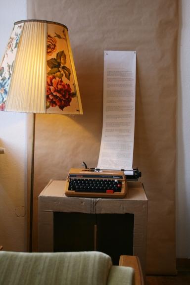 Eine alte Schreibmaschine lädt zum Verweilen und Weiterspinnen ein.